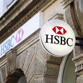 Das Schild der HSBC an einem Bankgebäude.