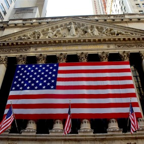 Die Flagge der USA vor der New York Stock Exchange.