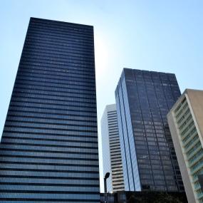 Mehrere Bürogebäude nebeneinander. (Symbolfoto)