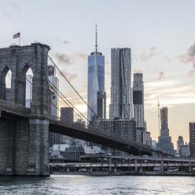Die New Yorker Brooklyn Bridge. New York ist der wichtigste Finanzplatz der Vereinigten Staaten.